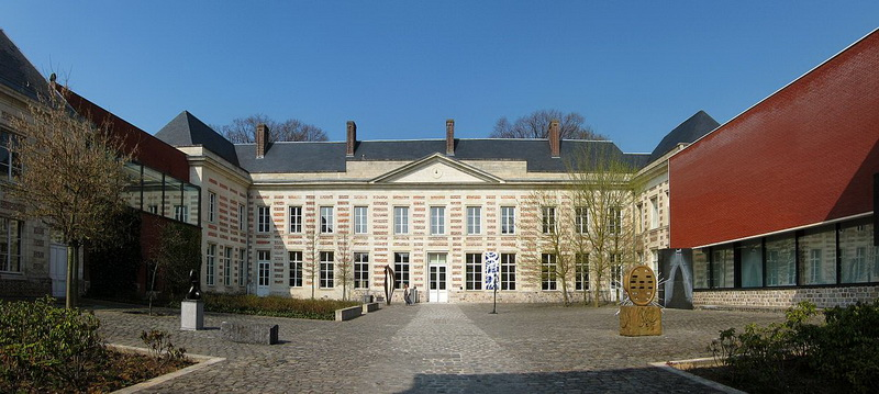 Le cateau cour musee redimensionner